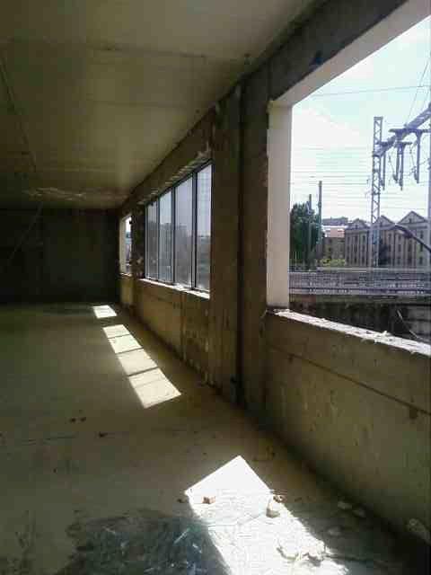 La salle d'ag du quai de charente qui servit de dortoir à des Tunisiens du 28 avril au 1er mai, en voie de destruction.